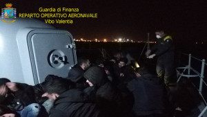 Intercettato Veliero proveniente dalla Turchia con 56 migranti a Bordo a largo di Crotone (3)