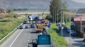 Scontro frontalle tra un'auto ed un furgone sulla SS106, muore una donna e quattro feriti