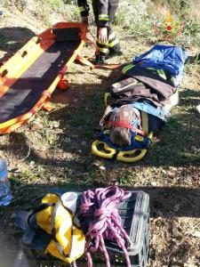 Cade da un albero, soccorso dai Vigili del Fuoco (1)