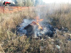 Distruggono con il fuoco rifiuti speciali a Rocca di Neto, denunciate tre persone (1)