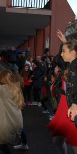 """FlashMob a Cirò Marina, Centinaia di persone hanno invaso Via Venezia danzando """"Mi fai volare"""" (15)"""