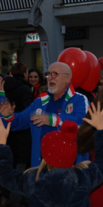 """FlashMob a Cirò Marina, Centinaia di persone hanno invaso Via Venezia danzando """"Mi fai volare"""" (18)"""
