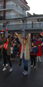 """FlashMob a Cirò Marina, Centinaia di persone hanno invaso Via Venezia danzando """"Mi fai volare"""" (21)"""