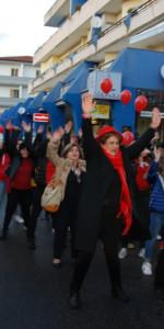 """FlashMob a Cirò Marina, Centinaia di persone hanno invaso Via Venezia danzando """"Mi fai volare"""" (43)"""