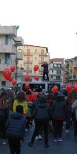 """FlashMob a Cirò Marina, Centinaia di persone hanno invaso Via Venezia danzando """"Mi fai volare"""" (46)"""