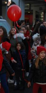"""FlashMob a Cirò Marina, Centinaia di persone hanno invaso Via Venezia danzando """"Mi fai volare"""" (53)"""