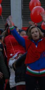 """FlashMob a Cirò Marina, Centinaia di persone hanno invaso Via Venezia danzando """"Mi fai volare"""" (73)"""
