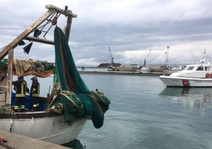 Incendio a bordo di un peschereccio nel porto di Corigliano calabro, ma è un'esercitazione (3)