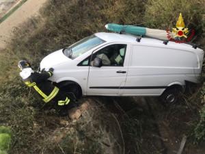 Incidente stradale furgone finisce fuori strada sotto un pontino, ferito il conducente4