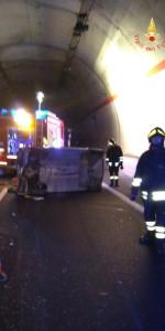 Incidente stradale sulla SS106 in galleria, feriti tre 20enni (2)