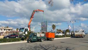 Al via la rimozione dei tabelloni pubblicitari abusivi nel territorio di Cirò Marina (1)