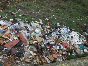Cirò, rinvenuta Discarica abusiva di eternit, plastica, elettrodomestici, rifiuti urbani, e tanto vetro (3)