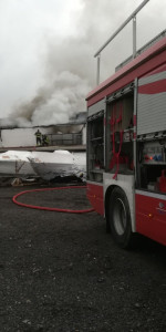 In fiamme il capannone del cantiere navale Ranieri, intervengono 15 unità dei Vigili del fuoco (3)