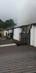 In fiamme il capannone del cantiere navale Ranieri, intervengono 15 unità dei Vigili del fuoco (4)