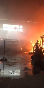 In fiamme il capannone del cantiere navale Ranieri, intervengono 15 unità dei Vigili del fuoco2