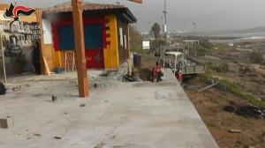 Demolito manufatto abusivo sulla spiaggia di Le Castella (2)