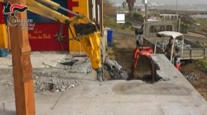 Demolito manufatto abusivo sulla spiaggia di Le Castella (3)