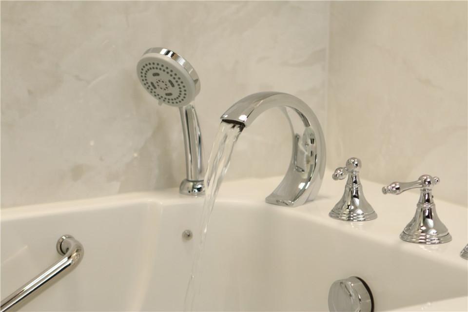 Bagno Con Un Ragazzo : Fa il bagno con il cellulare enne muore folgorato nella vasca