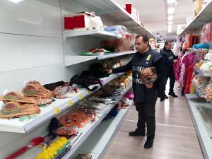 Sequestrati dalla Finanza 246 mila prodotti privi di etichetta in un Negozio Cinese (1)